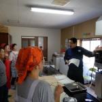 白神自然学校の施設にある調理器具を使った研修がスタート