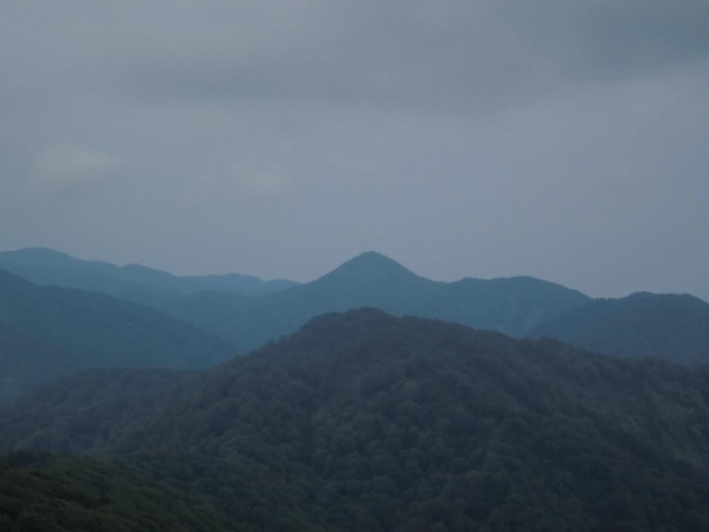 天気がいいとコアのセンターの摩須賀岳がくっきり見える